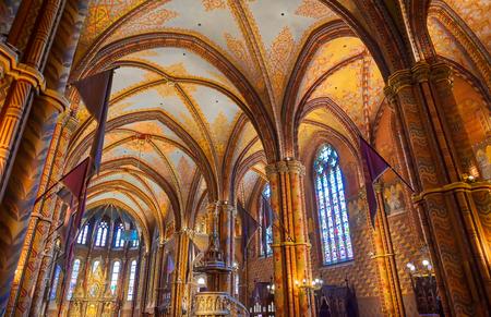 Budapest, Ungheria - 24 maggio 2019 - L'interno della Chiesa dell'Assunzione del Castello di Buda, più comunemente conosciuta come la Chiesa di Mattia, situata a Budapest, Ungheria.