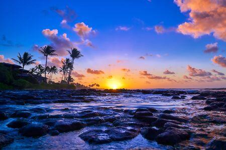 Amanecer sobre la costa de Kauai, Hawaii,