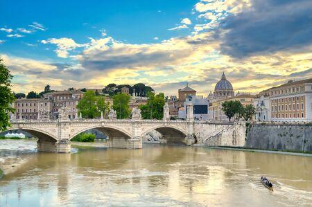 Una vista lungo il fiume Tevere verso la Città del Vaticano a Roma, Italia.