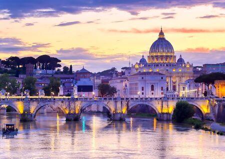 Une vue le long du Tibre vers la Cité du Vatican à Rome, Italie. Banque d'images