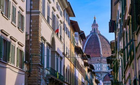 De kathedraal van Florence uit de straten van Florence, Italië.