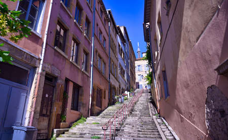 The narrow, historic streets of Lyon, France. 免版税图像