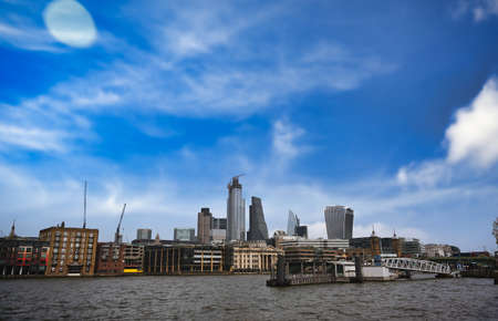 A view across the River Thames to the skyline of London, UK. 免版税图像