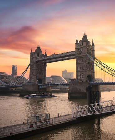 Sunset over Tower Bridge crossing the River Thames in London, UK. Stock fotó