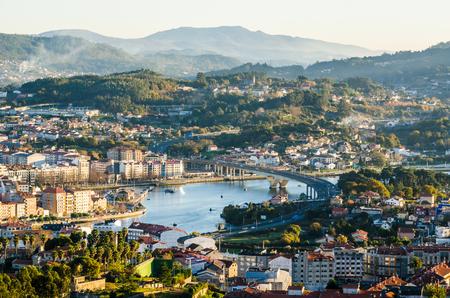 Lato sud della storica città di Pontevedra da un punto panoramico elevato. Fiume di Lweiz del ponticello della strada principale dell'autostrada