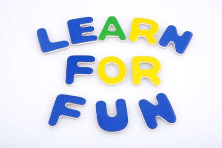 여러 가지 빛깔 자석 글자로 만들어 재미를 위해 알아보기