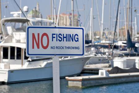 Geen Vissen en geen steen gooien bord op Long Beach Marina