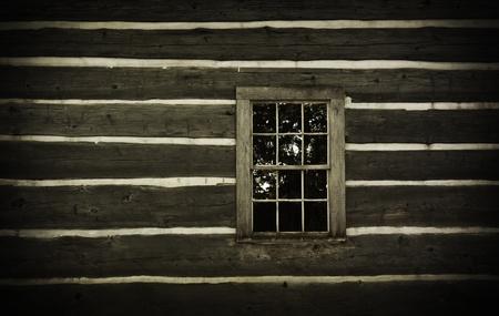 오래된 통나무 벽과 창. 소박한 버려진. 스톡 콘텐츠 - 10637452