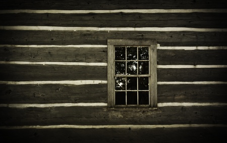 Old log cabin wall and window. Rustic and abandoned. Standard-Bild