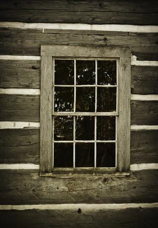오래된 통나무 벽과 창. 소박한 버려진. 스톡 콘텐츠 - 10684760