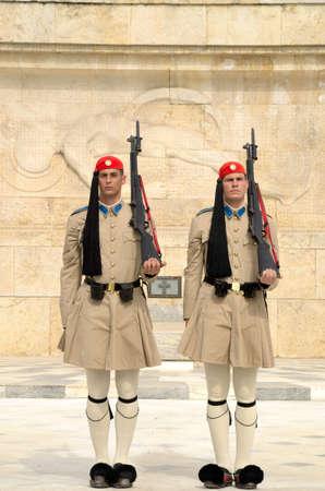 syntagma: 1 giugno 2013. Parlamento greco, piazza Syntagma, Atene, Grecia. Le guardie sono preparati per il cambiamento.