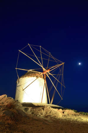iluminated: Los famosos molinos de viento de Mykonos, se iluminan en la noche de verano