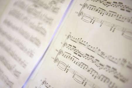 pentagramma musicale: Particolare di un foglio di musica con le note.