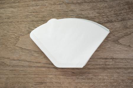 papel filtro: papel de filtro de café en el fondo de madera.