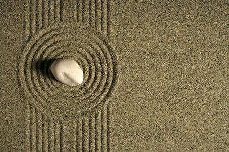 rimpeling: Een enkele rock zitten in een zand tuin. Stockfoto