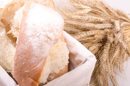comida rica: Bread Bakery con la gavilla de espigas de trigo en el fondo blanco