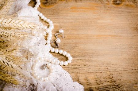 レース、真珠のネックレス、イヤリング、トウモロコシの耳