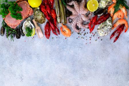 Fondo de marisco: mejillones frescos, moluscos, ostras, pulpo, navajas de afeitar, gambas, cangrejos, cangrejos de río, cigalas, algas marinas, limón, especias. Banner con copyspace