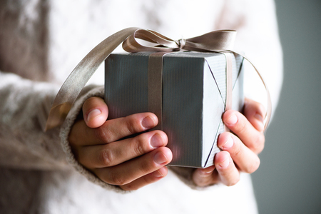 Kobiece ręce trzymając pudełko. Skopiuj miejsce. Boże Narodzenie, hew rok, koncepcja urodziny Zdjęcie Seryjne