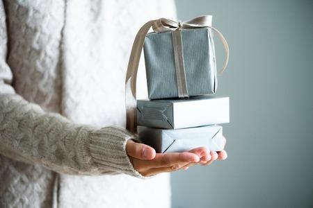 Mani femminili che tengono il contenitore di regalo. Copia spazio Natale, hew anno, concetto di compleanno Archivio Fotografico