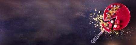 Heerlijke frambozencake met verse aardbeien, frambozen, bosbessen, krenten en pistaches op vintage achtergrond. Kopieer ruimte. banier Stockfoto - 94618243