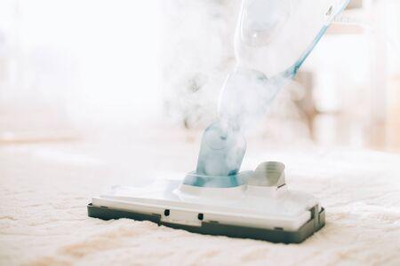 Pulizia del pavimento con pulitore a vapore. Banner e copia spazio. Concetto di servizio di pulizia.