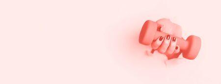 Mano de mujer sosteniendo mancuernas azules sobre fondo de color coral de moda. Fitness, deporte, estilo de vida saludable, concepto de dieta. Banner con espacio de copia.