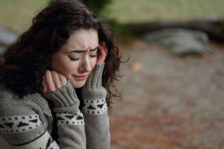 fille triste: jeune fille mal Banque d'images
