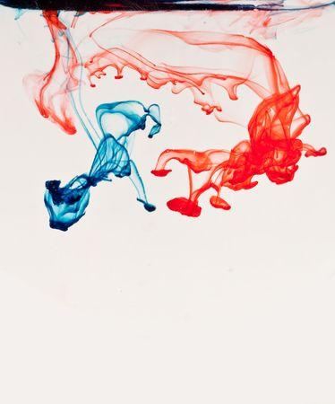 Rood en blauw vloei stof door Water