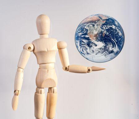 Wooden Art Doll Presenting The World 免版税图像