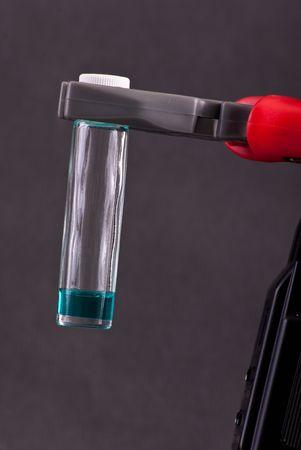ロボット アームの持ちこたえている有害化学物質のガラス容器 写真素材