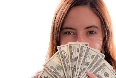 Meisje die de helft van het gezicht met grote denominatie van geld behandelt