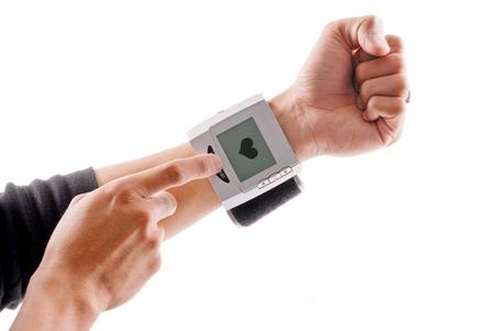 punos: Usando a un Monitor de mu�eca de presi�n arterial