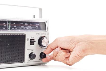 Main en ce qui concerne le volume sur Vintage AM FM Radio Banque d'images