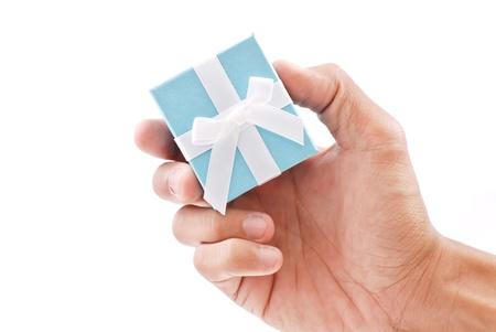 Hand met een Blue Ring Box geschenk Stockfoto