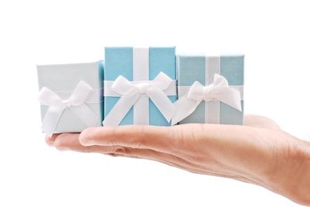 Hand met drie geschenken