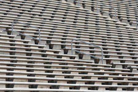 gradas estadio: Filas de envases vac�os de metal estadio de f�tbol gradas