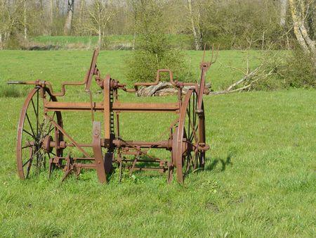 herbe: Roues de machine agricole ancienne, rouillées, sur un pré