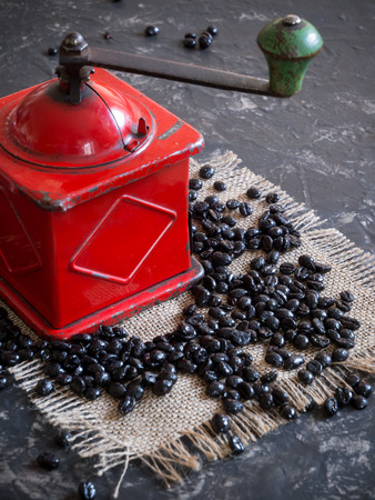 vintage red coffee grinder and beans Banco de Imagens
