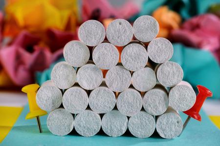 white chalks: Pila creativo de tizas blancas entre dos pines
