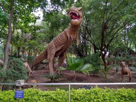 アーメダバッドにある科学都市自然公園で恐竜に見える恐ろしい