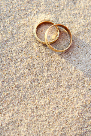 Wedding rings in the sand at the beach Banco de Imagens