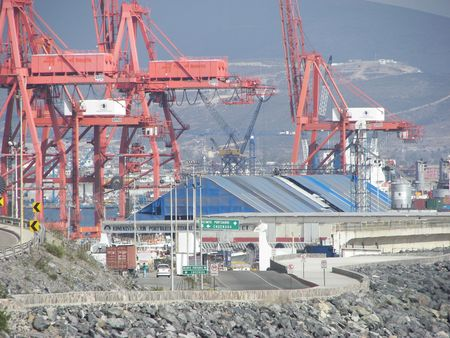 equipment in a port to take off large containers off of ships Standard-Bild