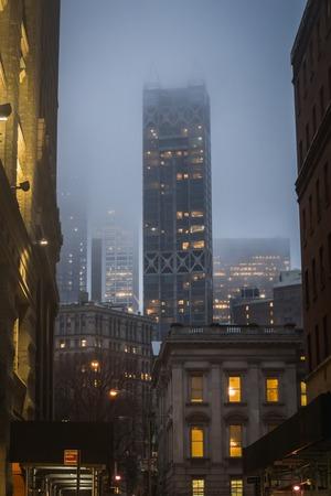 Klassischer Blick von den Straßen der Innenstadt von Manhattan in New York inmitten von Gebäuden bei Nacht