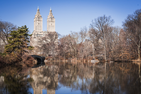 Bow Bridge Lake in the middle of Central Park in Manhattan New York Фото со стока - 122796889