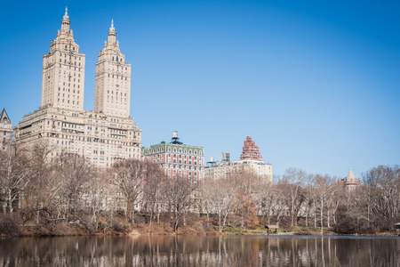 New York Lake landscape with leafless branches of trees at the end of winter in Central Park Banco de Imagens