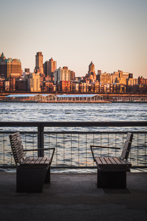 Landscape of benches on the Manhattan Shores Facing Brooklyn Heights Separated by the East River Reklamní fotografie - 124986591