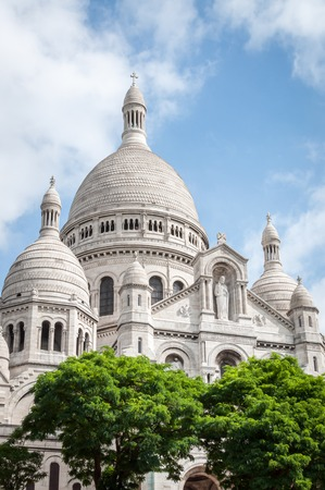 The Basilica of the Sacred Heart in Montmartre under a beautiful blue summer sky in Paris France Zdjęcie Seryjne