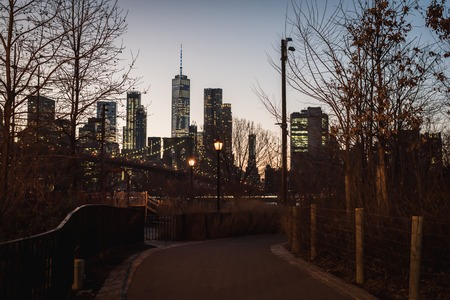 Evening landscape with views of the Brooklyn Bridge and downtown Manhattan from Empire Fulton Ferry Park Stock Photo