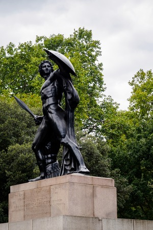 The statue of Arthur Duke of Wellington in Hyde park in London Editoriali